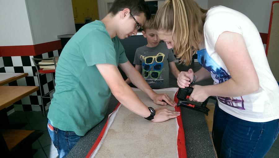 Jugendliche bei Renovierungsarbeiten