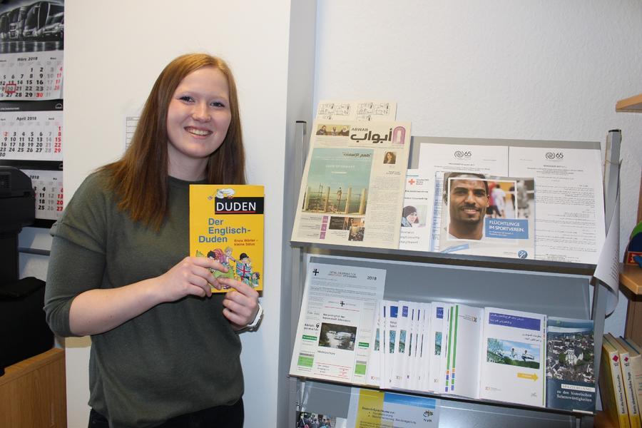Eine Mitarbeiterin mit Informationsmaterial für Flüchtlinge