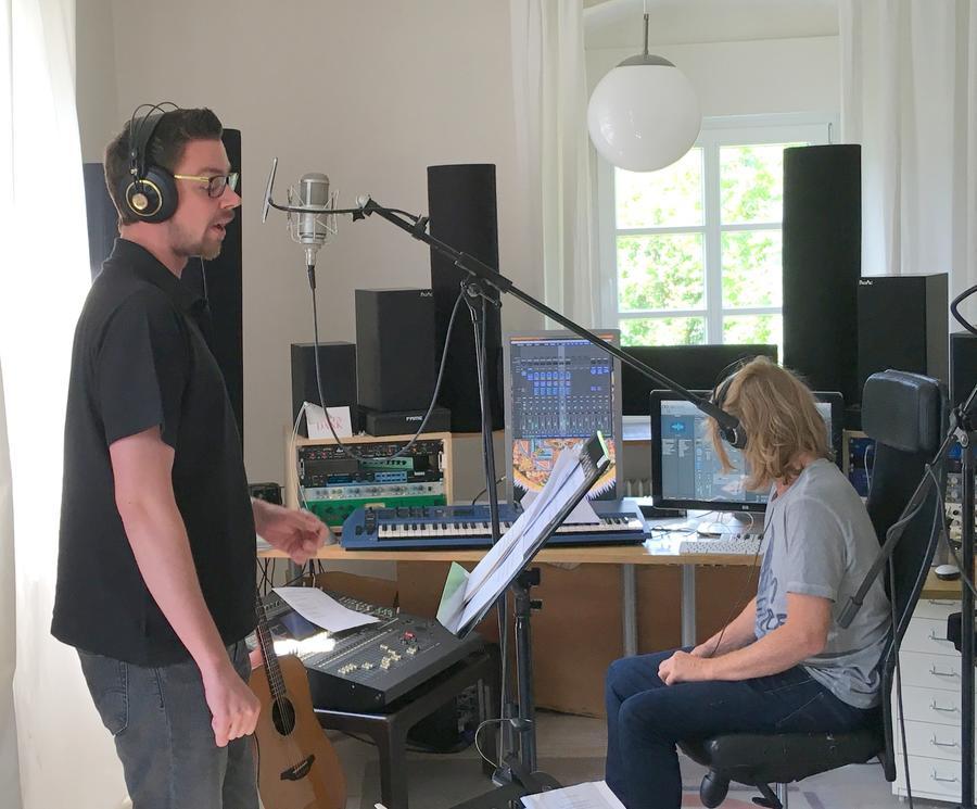 Ein Sänger in einem Tonstudio