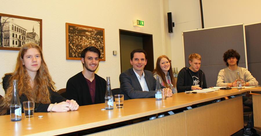 Bürgermeister Christian Pospischil mit fünf Jugendlichen