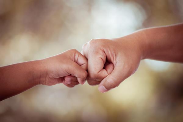 Hand in Hand gegenseitig helfen