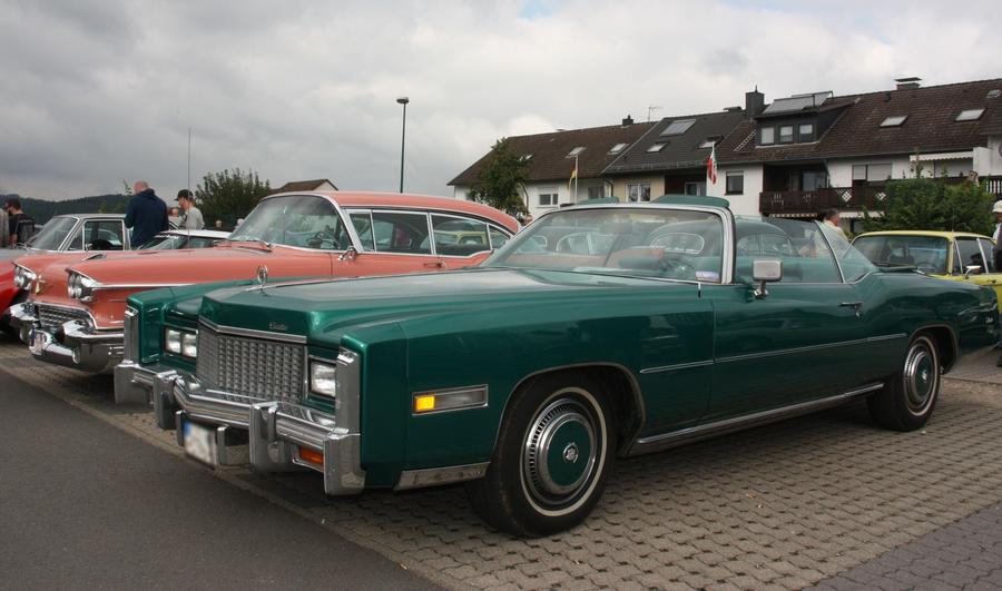 Gut gepflegte Autos beim Oldtimer-Treff