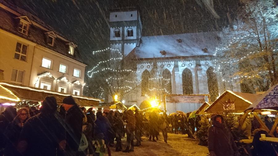 Bild vergrößern: Schnee beim Attendorner Weihnachtsmarkt