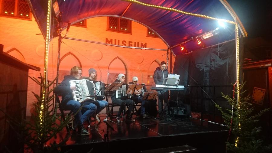 Bild vergrößern: Auftritt einer Gruppe auf der Bühne des Attendorner Weihnachtsmarktes