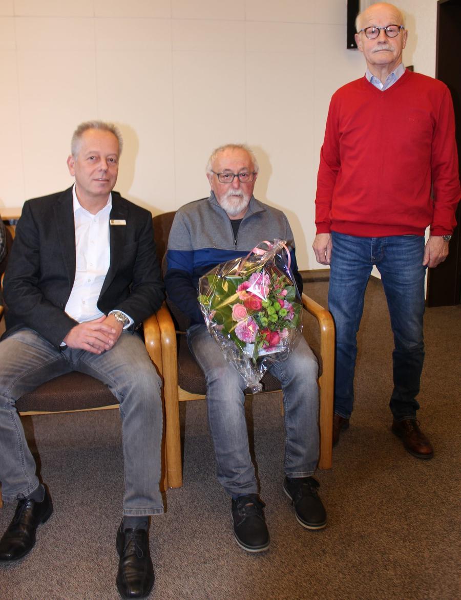 Nach sieben Jahren der aktiven Mitarbeit im Seniorenrat hat Günther Bauernschmitt (Mitte) sein Amt niedergelegt. Für sein Engagement wurde er vom Beigeordneten der Hansestadt Attendorn, Carsten Graumann (links), und vom Vorsitzenden des Seniorenrates, Walter Müller (rechts), geehrt.