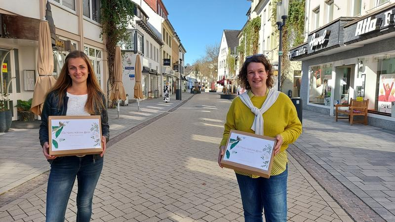 Bild vergrößern: Zwei Frauen mit Geschenkboxen