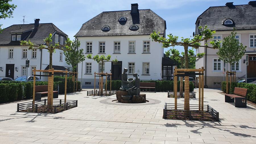Bild vergrößern: Ein Platz mit Brunnen und Sitzbänken