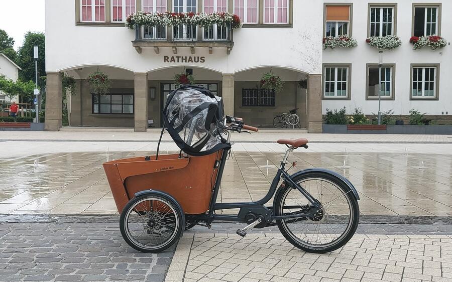 Bild vergrößern: Ein Lastenfahrrad vor dem Rathaus in Attendorn.