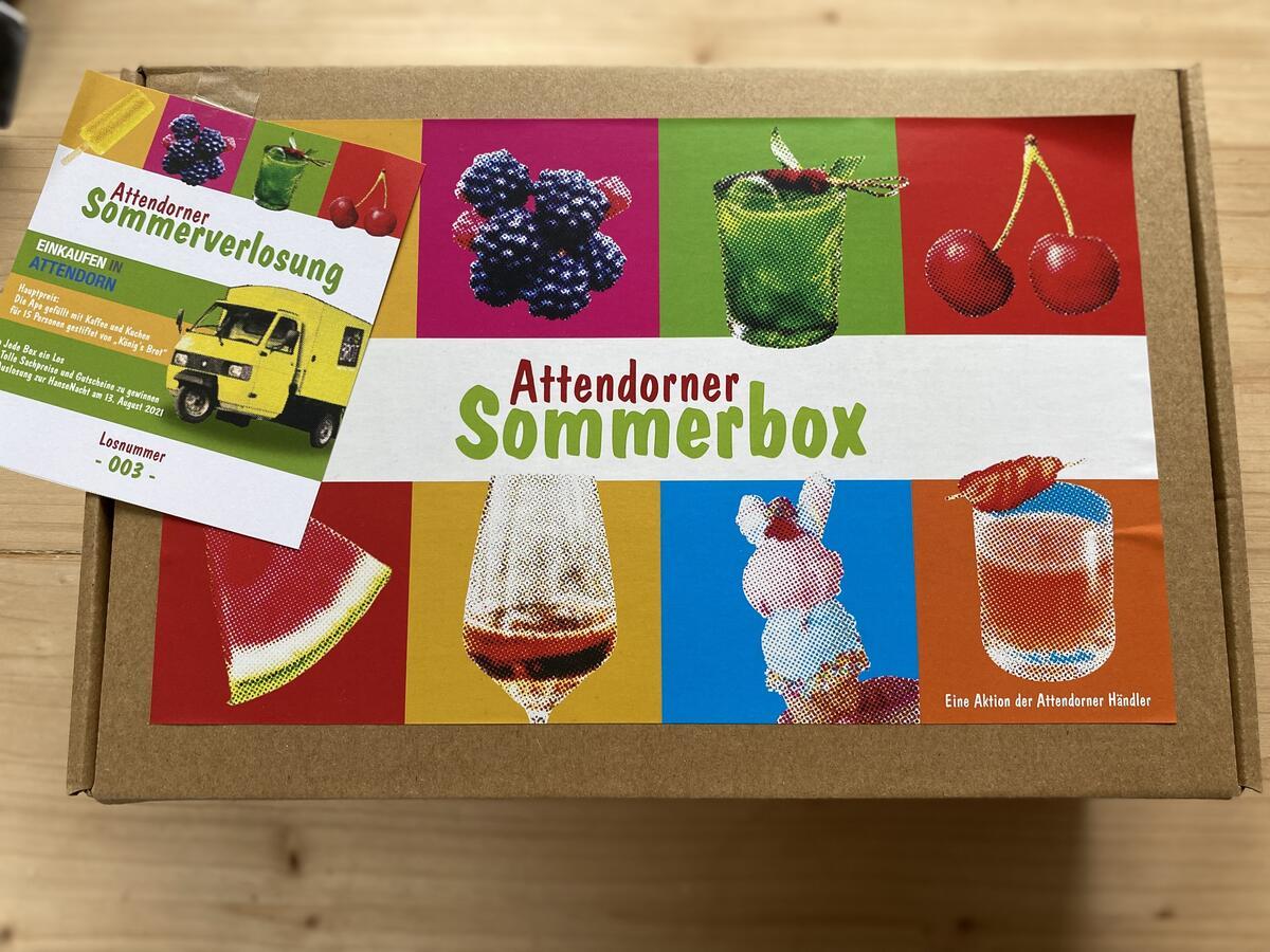 Bild vergrößern: Eine Attendorner Sommerbox und ein Los.