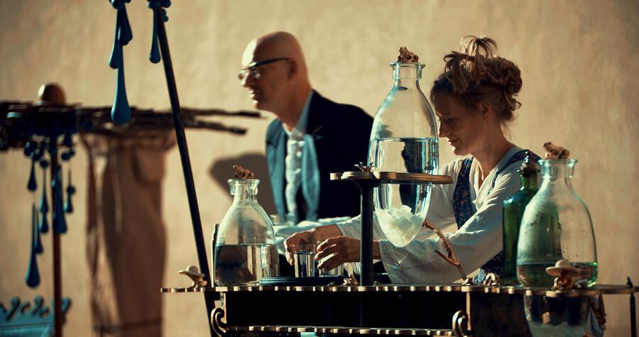 Bild vergrößern: Zwei Menschen mit einem Musikinstrument aus Wasserflaschen
