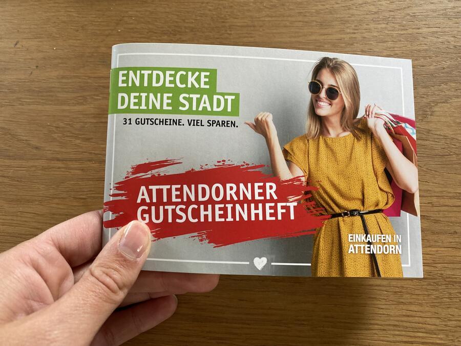 Bild vergrößern: Eine Hand mit einer Broschüre